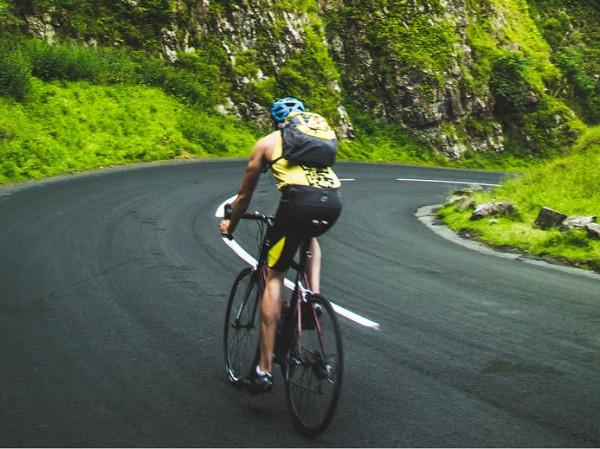 Hombre haciendo deporte en bicicleta.