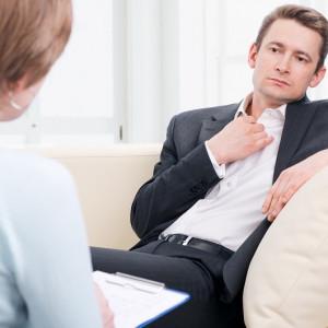 Psicóloga pasando consulta a un paciente.