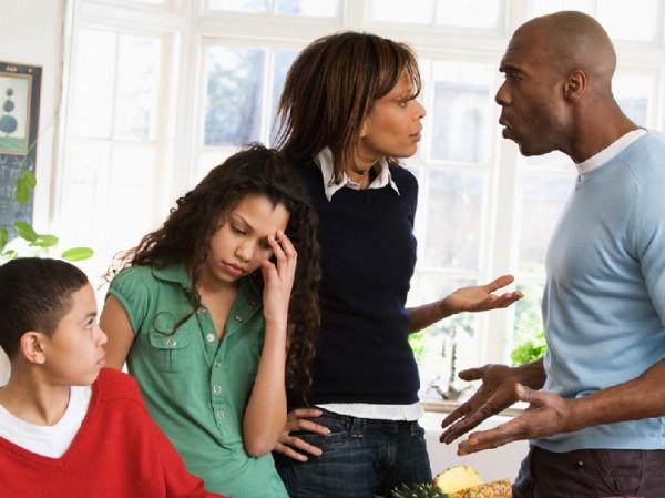 Familia discutiendo.