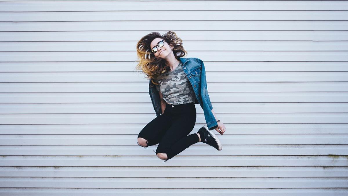 chica saltando