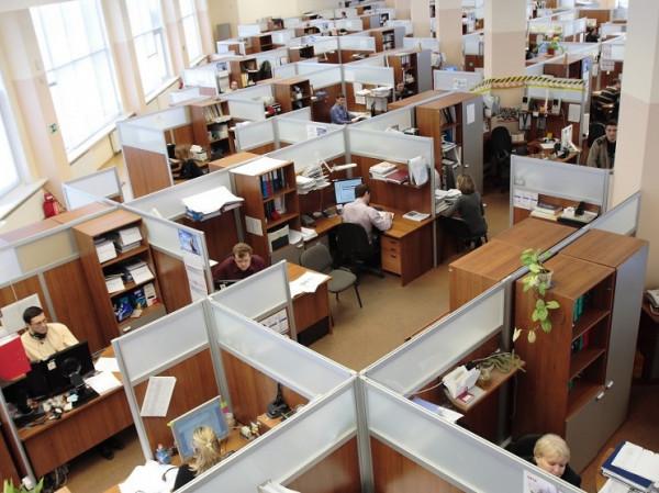Oficina llena de trabajadores.