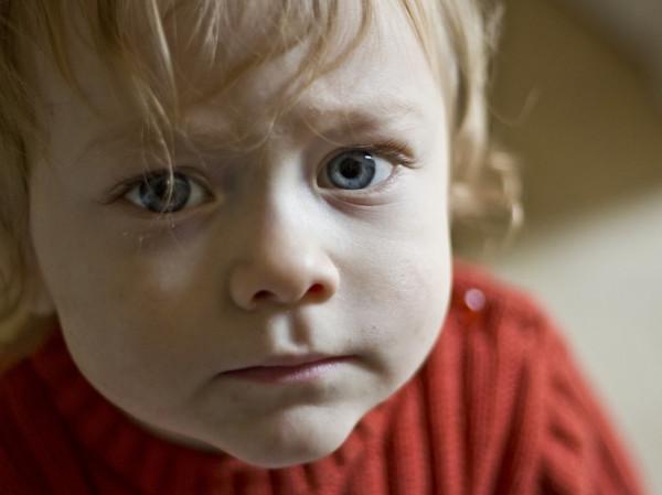 Niño rubio triste.