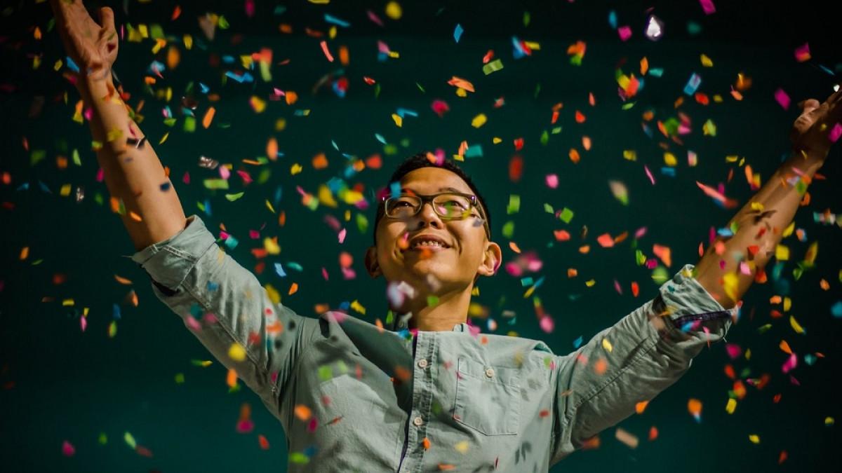Hombre feliz festejando en una fiesta.