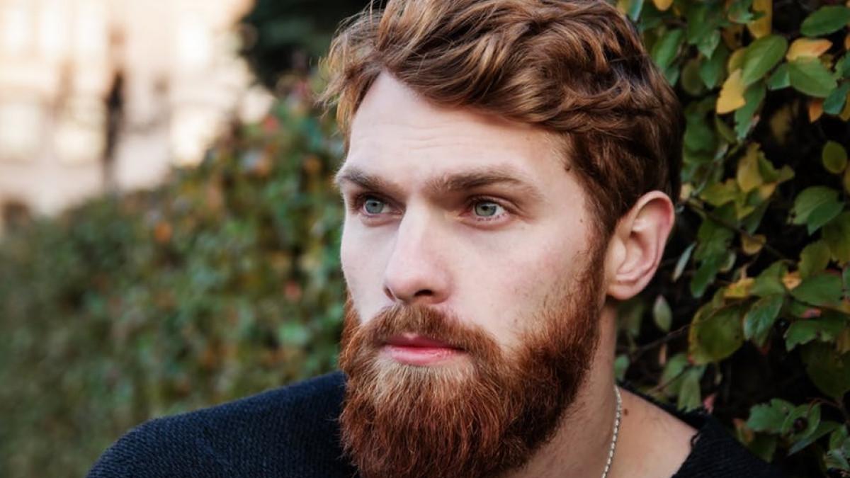 Hombre joven pelirrojo con barba.