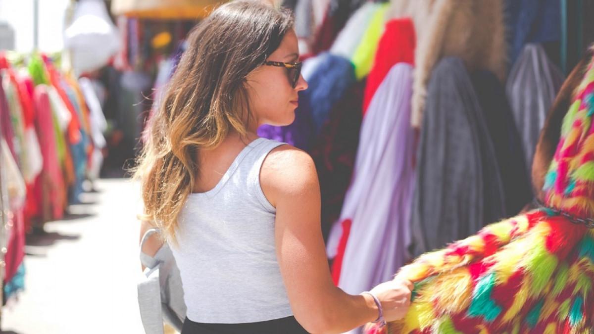 Mujer comprando ropa.