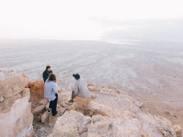 gente hablando desierto
