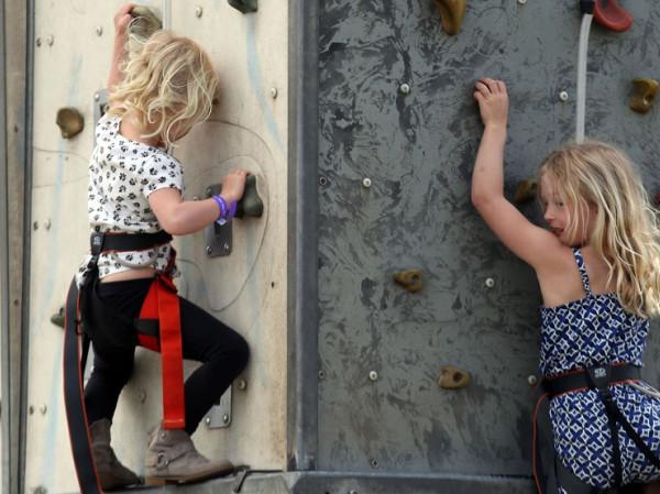 Niños escalando.