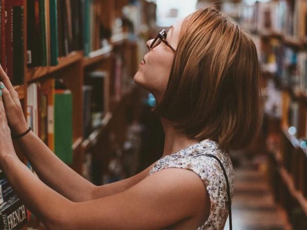 Mujer en una biblioteca.