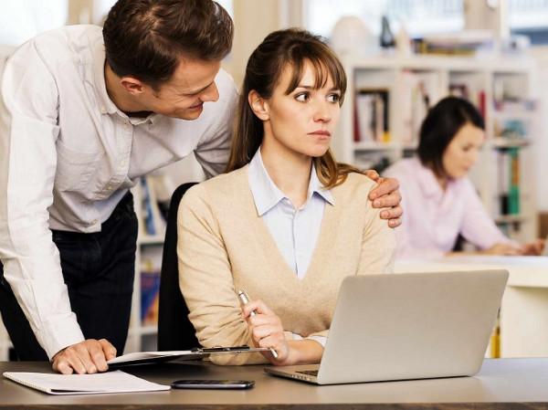 Acoso a una mujer en el trabajo