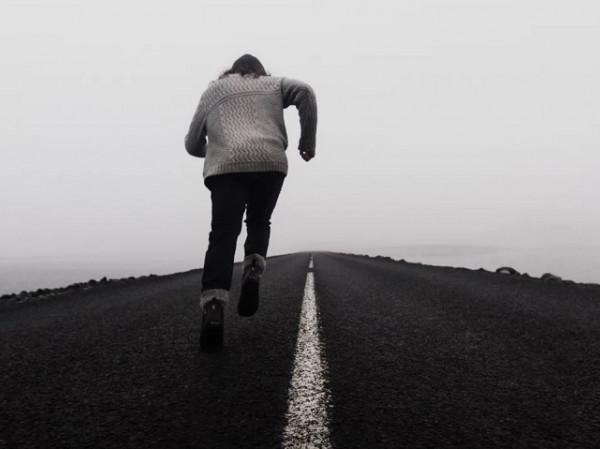 Hombre corriendo en la niebla.