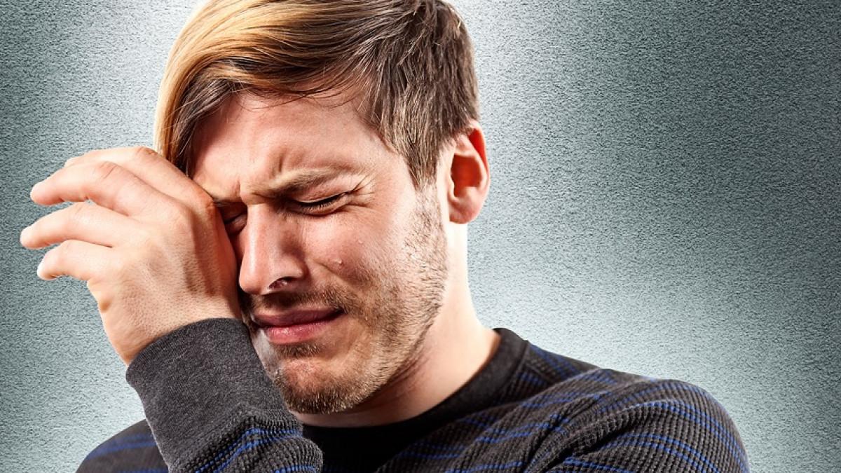Hombre joven llorando.