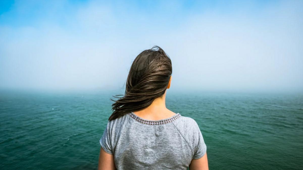 Mujer frente al mar.