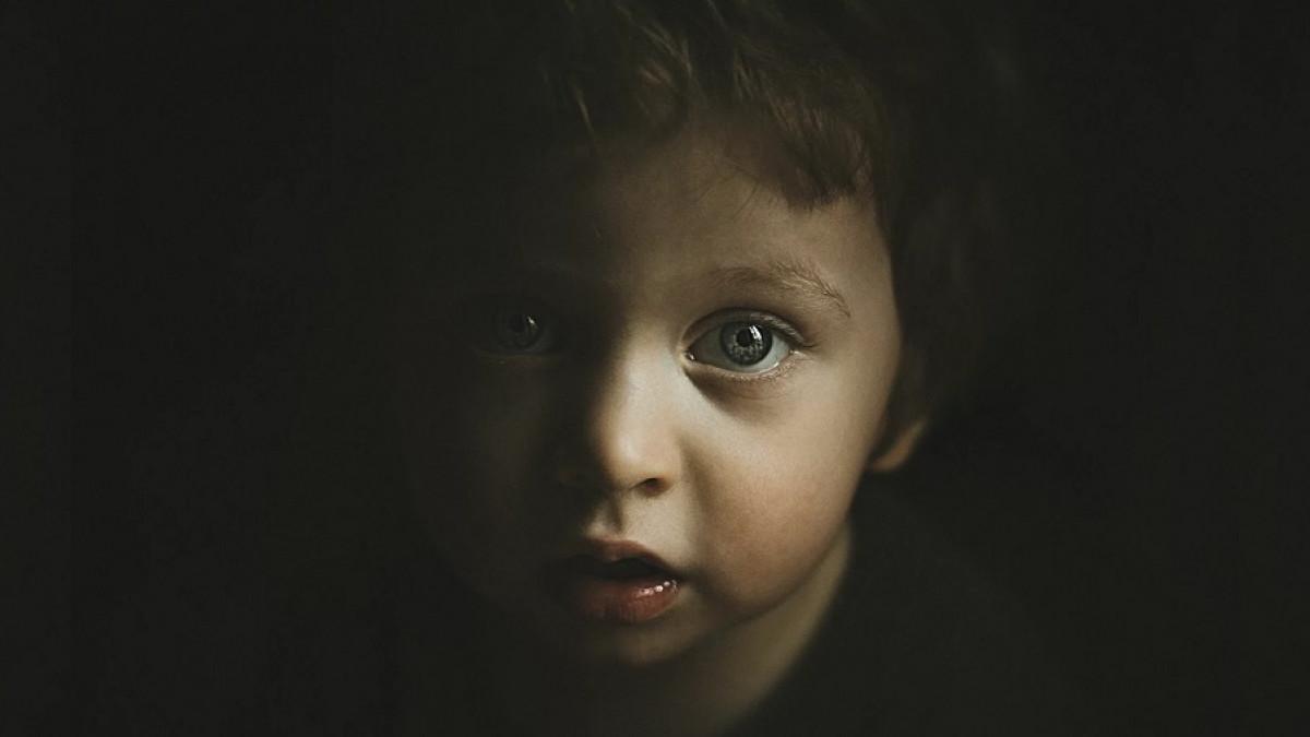 Niño en la oscuridad.