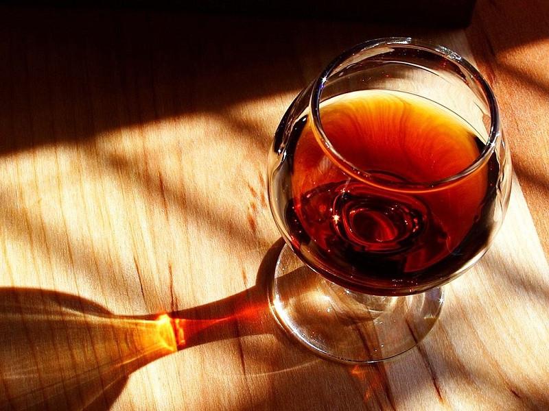 Por qué no debes elegir el segundo vino más barato de la carta