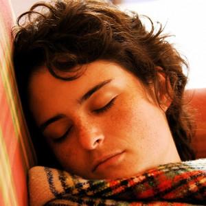 7 señales psicológicas que indican que no estás durmiendo lo suficiente