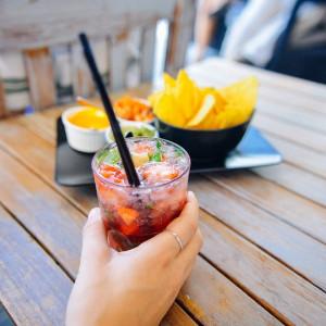¿Por qué nos parecen más atractivas las personas cuando tomamos alcohol?
