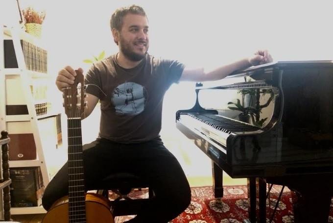 Fernando Callejo con un piano
