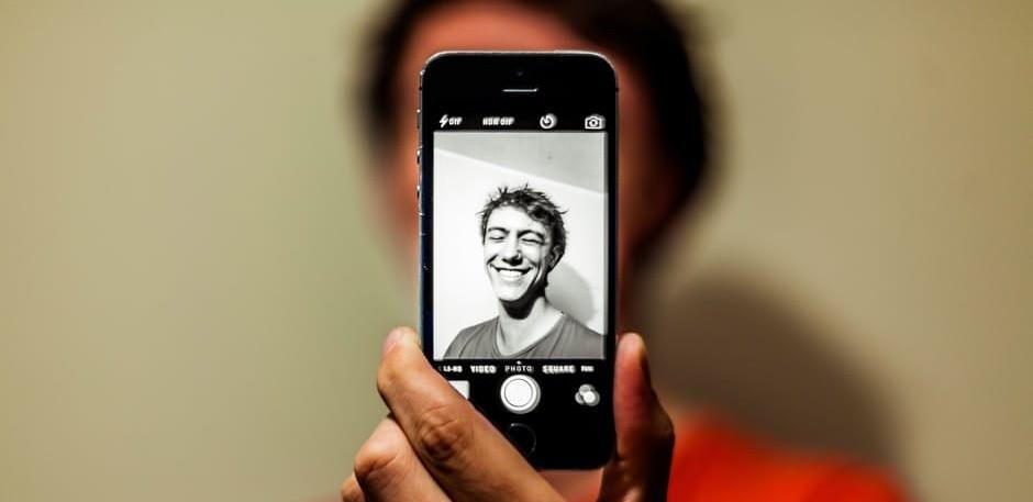 ¿Por qué nos vemos feos en las fotos? La ciencia lo explica