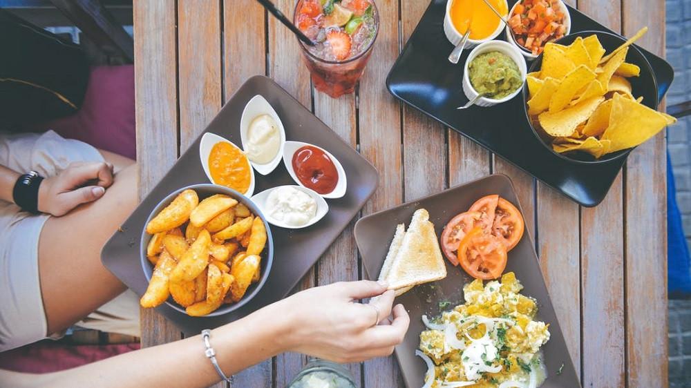 ¿Cuál es la diferencia entre alimentación y nutrición?